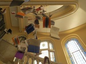 Circulo de la Bellas Artes: portaikon kirjaripustus. Tulevaisuuttako? Kirjasta killuva taide-esine, kun sisällöt sähköistetään?