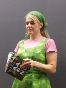 Kirjalija vakavoituu valitessaan A-runoa Otavan kirjakaupassa 22.8.2013.