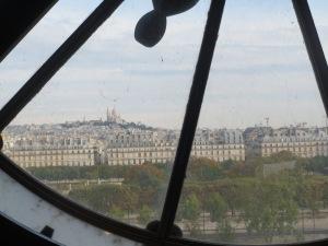 Maisemavaikutelma Musée d'Orseyn kellotaulun läpi