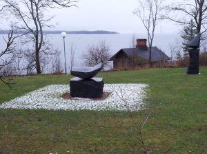 Artistisessa ympäristössä jopa lumi sulaa myötäillen taideteosta.
