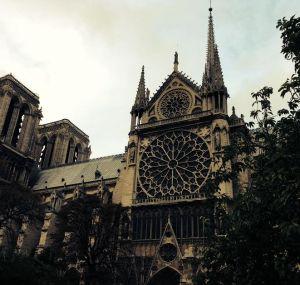 Notre Dame, jonka lasimaalauksia Olavi ihailee.