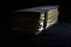 Ison kirjan varjo lankeaa Olavin rakkauden päälle. Kuva: Jani Ahti