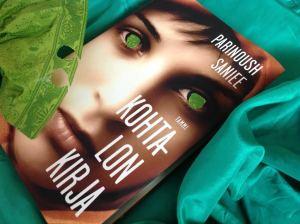 Romaanissa korostetaan päähenkilön vihreäsilmäisyyttä, mutta kannessa on ruskeasilmäinen kiiltokuvanainen. En ymmärrä tällaista kirjakansitusta. Piti tuunata kuva sisältöön sopivaksi...