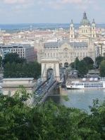 Turistin idyllinäkymä tänään Budan linnavuorelta Pestin puolelle, Ketjusilta on korjatussa kuosissa.