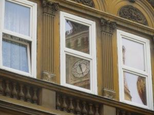 Maailman toiseksi suurin synagoga heijastuu elpyneen juutalaiskorttelin ikkunoista.