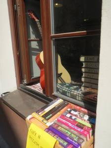 "Kirjallisen kuppilan ikkunaopuksista paljastuu teksti: ""BRING BOOKS WE´LL PUT IT IN USE."""