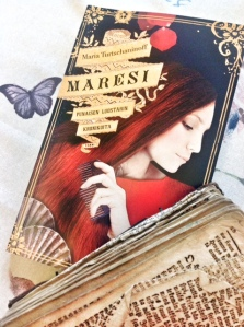 Laura Lyytisen suunnittelema kansi kuvittaa osuvasti kirjan tunnelmaa ja hyödyntää sen keskesireksvisiittaa.