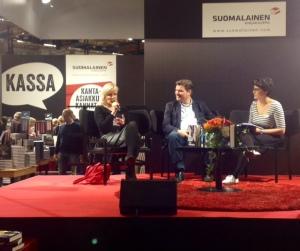 Kati Hiekkapelto vastaa, Taavi Soinivaara kuulolla haastattelijan kera