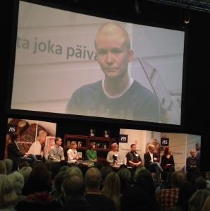 Helsingin Sanomien esikoiskirjapalkintoehdokkaat esittelyssä Helsingin kirjamessuilla 2014, esittelyvuorossa Reetta Pekkanen