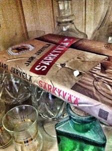 Tarkkaavainen katsoja huomaa kuvan kirjan päällä lapsen maitohampaan; tarkkaavainen kirjan lukenut tietää sen kuuluvan juoneen...