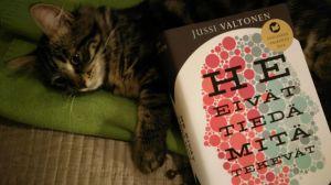 Kissa koe-eläimenä - siinä yksi säie Valtosen romaanista.