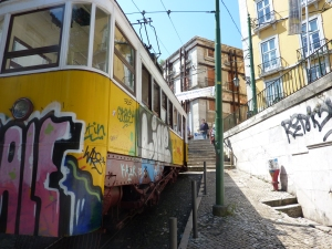 Romaanin mukaa Lissabon on graffitien pääkaupunki, joten tässä otos sieltä keväällä 2011.
