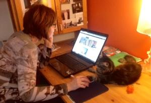 Bloggaaja-apulainen ja oman bloginsa (https://almanrunot.wordpress.com/) päivittäjä Alma-kissa auttaa parhaansa mukaan.