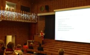 Salillinen äidinkielenopettajia sai kiinnostavan katsauksen tietokirjallisuudesta ja sen lukemisesta professori Pirjo Hiidenmaalta.