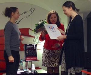 Jenna Kostet (oik.) sai 26.2.2015 Blogistania kuopus 2014 -palkinnon, jonka ojensi Kirsin bookclub -blogin Kirsi (kesk.), haastattelijana toimi Kirjasfääri-blogin Taika (vas.).
