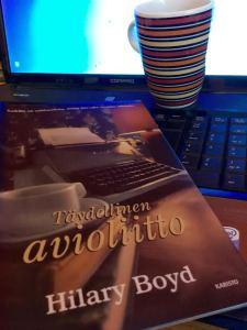 Kansikuva hämmästyttää: ei kai kuusikymppisille myydä kirjaa  vanhanaikaisella kirjoituskoneella...