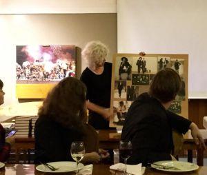 Tarja Simonen esittelee Bloggariklubissa puvustuksensa ideataulua, johon hän kokosi produktion alkuvaiheessa puvustuksen inspiraatiokuvia.