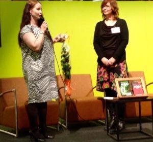 Satu Leisko (vasemmalla) juuri palkinnon saaneena. Kuva: Marjo Repo