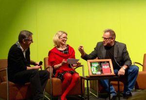 Kirjajulkkarit. Ari Sainio (vasemmalla) selkoisti Reijo Mäen (oikealla) Pimeyden tangon. Leealaura Leskelä Selkokeskuksesta haastatteli tekijöitä.