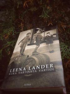 Romaanin Eeva ostaa Irlannin Kingstonista vuodenvaihteessa 2012 postikortin, jonka kuva on päätynyt kirjan kanteen.