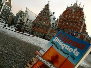 Tämäkin menee ohi  niin kuin hento lumipeite Riian vanhankaupungin aukiolla. Luin romaanin ennakkokappaleen joulukuisena matkapäivänä.