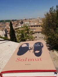 Solmut sijoittuu lähinnä Roomaan, jossa kirjan luin.